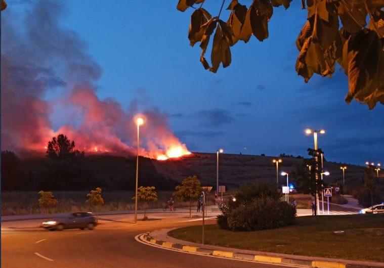 Incendio de un campo de cereal en la ladera entre Lezkairu y Mendillorri