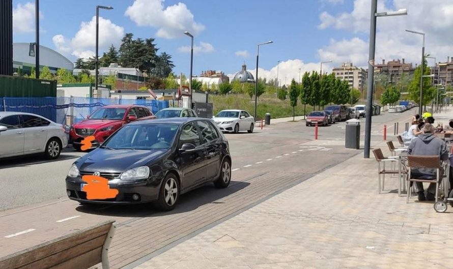 Fotodenuncia: aparcamiento en el carril bici para… ir a tomar algo a una terraza