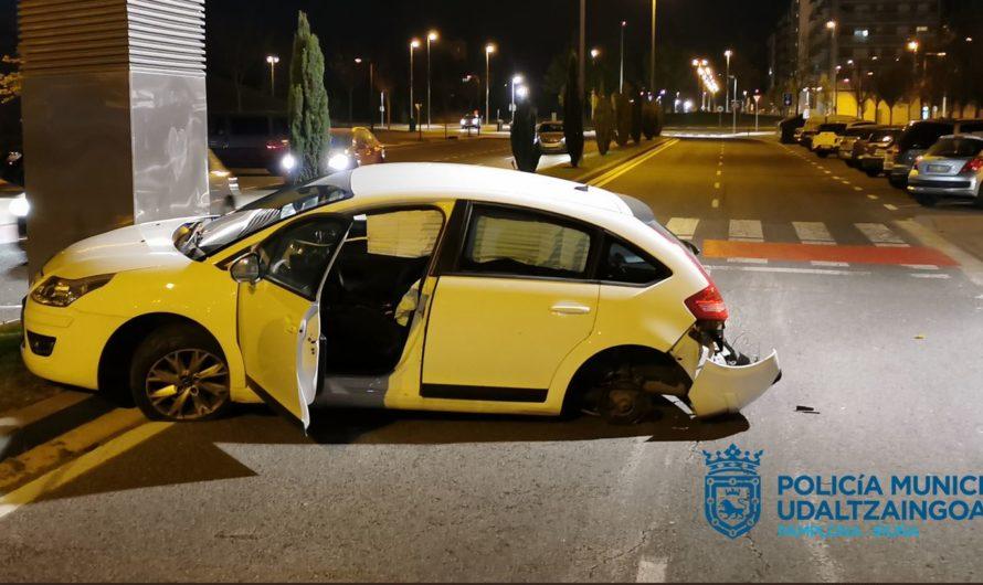Salida de vía de vehículo en C/Adela Bazo el sábado 17de abril