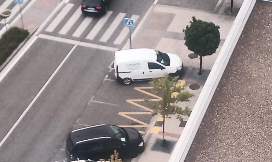 Fotodenuncia: coches aparcados dificultando las entradas a los garajes