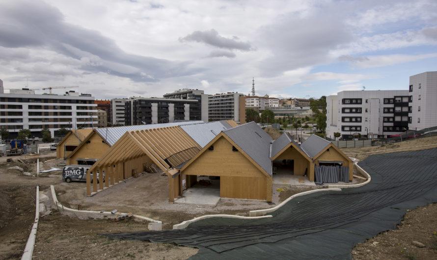 La Escuela Infantil de Lezkairu muestra ya su diseño exterior con un 90% de la estructura de madera ya colocada